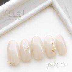 #オールシーズン #オフィス #ハンド #シンプル #フラワー #ミディアム #ベージュ #ネイルチップ #Yuuka.Tokunaga #ネイルブック Nails Now, Gem Nails, Oval Nails, Cute Simple Nails, Cute Nails, Japan Nail Art, Christmas Gel Nails, Nail Techniques, Japanese Nails
