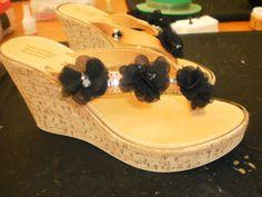 Πλατφόρμες με λουλούδια... Cork, Wedges, Drawing, Knitting, Crochet, Shoes, Zapatos, Tricot, Shoes Outlet