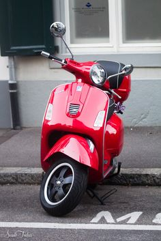 Wow look at this baby! I've been wanting to get a Vespa. Wish I can get a bike license. But I better improve my driving before doing so :)