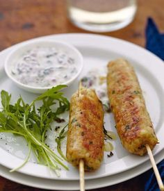 Keftas de dinde épicée, sauce yaourt à la menthe.              à faire sans la sauce soja.          400 g de filets de dinde 200 g de chair à saucisse 1 œuf 1 cuil. à soupe de poudre de curry 2 cuil. à soupe de sauce soja 8 brins de persil plat Pour la sauce : 1 petit oignon rouge 1 petit bouquet de menthe 3 yaourts à la grecque 2 cuil. à soupe d'huile d'olive sel poivre