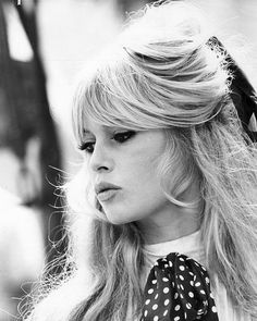Bardot bangs are popular again. This cute fringe with middle part makes face more elegant and emphasizes its best features. Find your Bardot bangs inspiration here. Brigitte Bardot, Bridget Bardot Hair, Glamour, Classic Beauty, French Beauty, Classic Updo, Classic Fashion, Pure Beauty, Beauty Style
