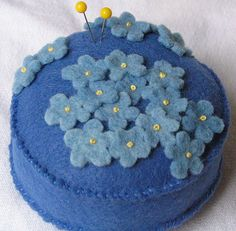 Vilt speldenkussen Felt forget-me-not pincushion Yarn Crafts, Fabric Crafts, Sewing Crafts, Sewing Projects, Vintage Sewing Notions, Vintage Sewing Machines, Needle Book, Needle Felting, Felt Pincushions