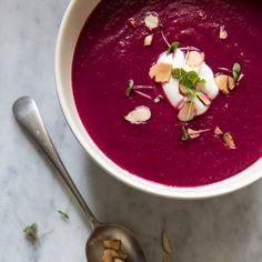 Soupe à la betterave et aux oignons caramélisés