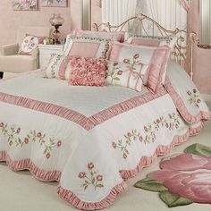The graceful Blush Rose Floral Grande Bedspread will unfurl elegant blush pink petals in your bedroom. Oversized bedspread has a polyester faux silk face. Shabby Chic Mode, Shabby Chic Bedrooms, Shabby Chic Kitchen, Shabby Chic Style, Shabby Chic Furniture, Shabby Chic Decor, Handmade Furniture, Pink Bedrooms, Beautiful Bedrooms