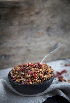 goji-suklaagranola - granola with goji berries, cocoa nibs and cocoa butter, nut-free