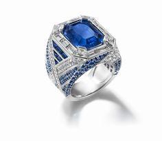 signée Chaumet, ce sculptural anneau d'or blanc à la géométrie subtile. À la fois imposante et élégante, cette bague sertie de la bagatelle de 347 diamants disposés en liens croisés, dont un précieux saphir de Birmanie d'un bleu éblouissant, offre une conjugaison délicate des tailles et des formes, de la couleur et de la transparence.