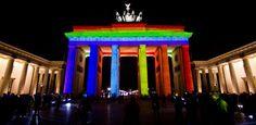 Brandenburgertor=typisch  So farbig=herrlich untypisch
