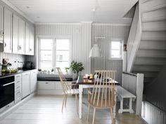"""Fint kjøkken, legg merke til håndtakene. """"Tro mot husets stil - Interiørmagasinet"""""""