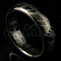 Este anel de tungstênio é uma recriação do poderoso anel com gravação a laser da inscrição élfica em tengwar tanto na parte externa quanto na interna do anel.