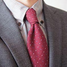 グレーチェックシャツ×ピンクドットタイ
