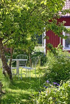En skön plats i trädgården med trädgårdsmöbler från Ikea.