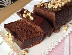 Čokoládový chlebíček s mandlemi, krok 2: Z moučkového cukru odeberte 3 lžíce a dejte stranou. Zbytek cukru vyšlehejte společně se žloutky do husté pěny. <br> Mouku smíchejte s práškem do pečiva, sodou a solí. Z bílků a 3 lžic cukru, které jste si dali stranou, ušlehejte pevný sníh.