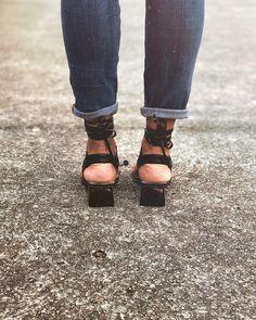 No te preocupes por los pasos que das, sino por las huellas que dejas!! . Zapatos Ula - Ula negros Birkenstock, Sandals, Shoes, Fashion, Tinkerbell, Foot Prints, Step By Step, Shoe, Moda