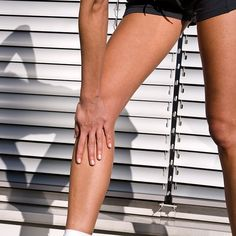 Good news: leaning into aches after running may help fix the pain. Tilting your torso forward when you run can help reduce knee loading, which can in turn reduce knee pain (like runner's knee) and Running For Beginners, Running Tips, Crossfit, Swollen Knee, Iliotibial Band Syndrome, Runners Knee, Knee Problem, Running Routine, Hip Problems