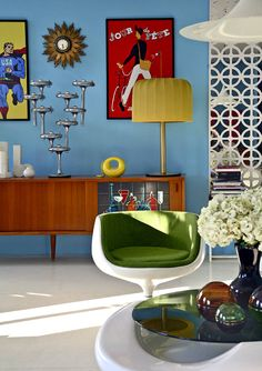 Photo Gallery of Midcentury Modern Living Room. Find ideas and inspiration for Midcentury Modern Living Room to add to your own home. Retro Furniture, Mid Century Modern Furniture, Midcentury Modern, Furniture Design, Furniture Ideas, Modern Retro, Eclectic Furniture, Eclectic Modern, Furniture Makeover