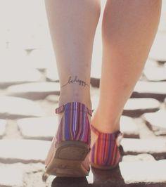 tattoo vorlagen frauen schöne bunte sandalen kleines schrift auf dem bein füße oberschenkel frau