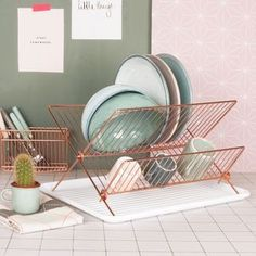 Are you interested in our copper dish rack? With our copper kitchen dish drainer you need look no further. Rose Gold Kitchen, Copper Kitchen Decor, New Kitchen, Aqua Kitchen, Quirky Kitchen, Neutral Kitchen, Copper Decor, Kitchen Mixer, Kitchen Stuff