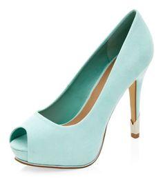 Chaussures vert menthe à talons et bouts ouverts avec empiècement en métal