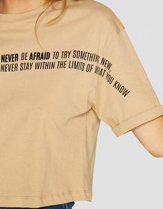 https://www.stradivarius.com/es/mujer/nuevo/camiseta-crop-flock-c1020161505p300831614.html?colorId=430