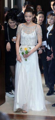 Gianna Jun chose a goddess-like dress embellished with sparkling crystal from British designer Jenny Packham for her press conference.