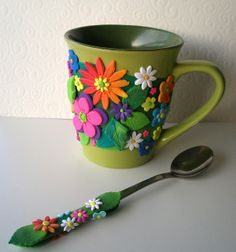 polymer clay decorated mug and spoon by Klio What a great idea for a gift for the tea lover! Polymer Clay Flowers, Fimo Clay, Polymer Clay Projects, Polymer Clay Creations, Polymer Clay Art, Polymer Clay Jewelry, Clay Beads, Clay Earrings, Crea Fimo