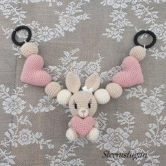 Steen i stugan: virkade hjärtan Crochet Baby Mobiles, Crochet Baby Toys, Easter Crochet, Crochet Bunny, Crochet Animals, Baby Knitting, Mario Crochet, Crochet Doll Tutorial, Woolen Craft