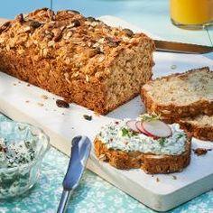 Joghurt und Bananen machen das Brot so unvergleichlich saftig, Nuss-Müsli sorgt für den nötigen Crunch. Schmeckt prima mit süßen und herzhaften Aufstrichen und hält lange satt. Muesli, Bread Recipes, Cooking Recipes, Banana Nut Bread, Mets, Calories, Cake Cookies, Food And Drink, Baking