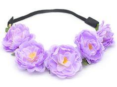 Romantische gevlochten haarband voorzien van blaadjes en vijf bloemen. De bloemen hebben een doorsnede van ongeveer 5cm. De elastiek aan de onderzijde zorgt voor een perfecte pasvorm.  Draag de haarband op de gewone manier of over je voorhoofd voor een Bohemian uitstraling.