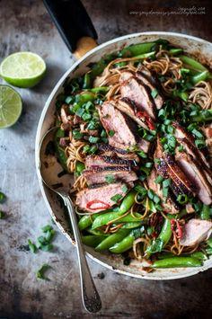 Kulinarne podróże: Kaczka z makaronem soba i groszkiem cukrowym (Duck with soba noodles and peas).