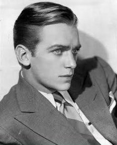 Hairstyles taper tapered sides and back, longer on top. lots of grease :) (douglas fairbanks._ tapered sides and back, longer on top. lots of grease :) (douglas fairbanks. Hollywood Glamour, Classic Hollywood, Old Hollywood, Look Vintage, Vintage Men, Roaring Twenties, The Twenties, Douglas Fairbanks, Flapper