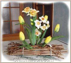 Tulipes et narcisses plantés dans la mousse florale. Art Floral, Deco Floral, Decoration Table, Flower Vases, Floral Arrangements, Wedding Decorations, Creations, Bouquets, Plants