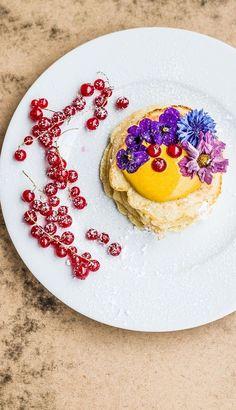 Step by Step Rezept: Jetzt wird's außergewöhnlich – Pancakes mit Kurkuma und Honig-Quark und essbaren Blüten   Rezept / Kochen / Essen / Ernährung / Lecker / Kochbox / Zutaten / Gesund / Schnell / Frühling / Einfach / DIY / Küche / Gericht / Blog / Leicht  / Blumen / Frühstück / Brunch / Ostern / Johannisbeeren  #hellofreshde #kochen #essen #zubereiten #zutaten #diy #rezept #kochbox #ernährung #lecker #gesund #leicht #schnell #frühlin