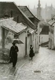 Budapest in the rain, 1908 (Vydareny Ivan - faciepopuli) Andre Kertesz, Rainy Night, Rainy Days, Old Pictures, Old Photos, Rain Pictures, Vintage Photographs, Vintage Photos, Street Photography
