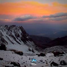 Visual do Portezuelo durante a Expedição ao Cerro Plata. Uma ótima maneira de iniciar no montanhismo de altitude. Partiu?  Data: 12/12/2016  22/12/2016  O Cerro Plata com 5943m na Argentina é uma ótima opção para quem deseja começar com montanhas de altitude. A curta distância com um belo centro urbano que é Mendoza e também a proximidades dos acampamentos tornam uma verdadeira escola de altitude.  #GentedeMontanha #AltaMontanha #Andes #Bolivia #HuaynaPotosi #iceclimbing #Montanhismo…