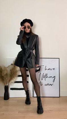 Outfits Mujer, Edgy Outfits, Fashion Outfits, Fall Fashion, Outfit Vestido Negro, Combat Boot Outfits, Black Boots Outfit, Parisian Style, Casual Chic