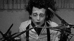 Edward Scissor Hands is having great difficulty eating peas ... they must be very good :-)