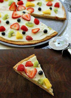 ¡Preparar algo original y saludable para cenar no es complicado! Podéis hacer una pizza de frutas. www.cultivamosfuturo.com #Método_Bouquet #frutas  Foto: persincketyplates.com