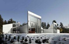 White and original house / Maison blanche et originale  | More photos http://petitlien.fr/designhouses