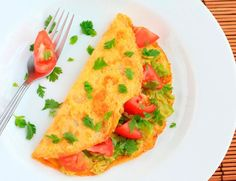 If you eat the same egg every day, it is more likely that you get bored, so try this rich and healthy omelette recipe with tomato and avocado. Egg Recipes, Snack Recipes, Cooking Recipes, Healthy Low Carb Recipes, Healthy Snacks, Pumpkin Spice, Cravings, Avocado, Ethnic Recipes