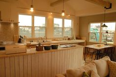 共働きの子育て世代。オープンなカフェスタイルのキッチンで家族がのびのび暮らすナチュラルな平屋のおうち