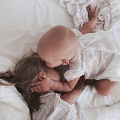 25 Adorable Sibling Photography Ideas with New Baby – Ella Bella Maternity Boutique Little People, Little Ones, Aden Et Anais, Cute Kids, Cute Babies, Sibling Photography, Photography Ideas, Foto Baby, Baby Kind