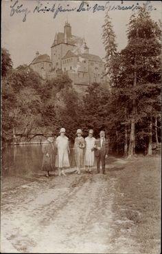 Foto Ansichtskarte / Postkarte Kriebstein Mittelsachsen, Waldpartie mit Blick zur Burg, Spaziergänger posieren