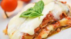 Gli spaghetti con crema di zucca, speck croccante e granella di pistacchio sono un primo piatto colorato e ricco di sfumature di sapore. Ecco la ricetta