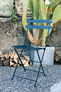 Der Fermob Bistrostuhl ist ein Klassiker unter den Gartenmöbeln – klappbar, praktisch, leicht. Outdoor Chairs, Outdoor Furniture, Outdoor Decor, Home Decor, Bistro Chairs, Steel, Garden Chairs, Interior Design, Home Interior Design