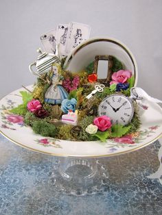 15 idee per delle miniature in tazza + tutorial Alice in Wonderland Centerpiece by thefaerywatcher o Alice In Wonderland Decorations, Alice In Wonderland Tea Party, Alice In Wonderland Vintage, Mad Hatter Party, Mad Hatter Tea, Mad Hatters, Teacup Crafts, Alice Tea Party, Deco Floral