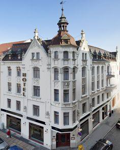 Unser charmantes Hotel befindet sich in einem restaurierten Kaufmannshaus aus dem Jahr 1901. Jedes unserer geschmackvoll eingerichteten Zimmer ist ein Unikat. Vom Erkerzimmer bis zum gemütlichen Dachstübchen… hier findet Jedermann ein Plätzchen an dem er sich wohlfühlt.