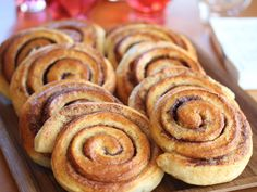 Kanelsnurrer: Verdens beste kanelboller   Godt.no No Bake Desserts, Just Desserts, Norwegian Food, Norwegian Recipes, Good Food, Yummy Food, Dere, Pan Dulce, Dessert Drinks
