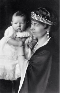 The diamond tiara worn by Queen Sophia in this photo goes back to Queen Victoria. It was a gift to her daughter, Vicki, when she wed Prince Freidrich Wilhelm of Prussia in Sophia took it with her when she wed Constantine of Greece on 27 October 1889 Royal Crowns, Royal Tiaras, Royal Jewels, Romanian Royal Family, Greek Royal Family, Royal Life, Royal House, Michael I Of Romania, Greek Royalty