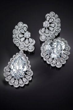 ショパール(CHOPARD)25ctのペアシェイプダイヤモンド、26ctのハートシェイプダイヤモンドを用いた「ガーデン・オブ・カラハリ」のイヤリング