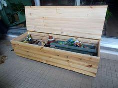 Un banc coffre en pin pour ranger les outils de jardinage. + d'infos sur jpascal.wordpress.com